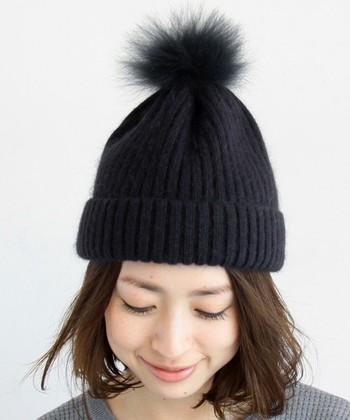 ふんわりウェーブスタイルのニット帽スタイル。ニット帽をちょこんと浅めにかぶると女性らしさが引き立ちます♪