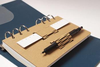 ペンや定規などを取り付けられる、手帳リフィルです。いざ書き込もうとした時に、筆記用具がなくては困りますよね。頻繁に使うペンなどは、このリフィルを取り付けて一緒に持ち運ぶことでスマートに取り出すことができ、とても便利です。