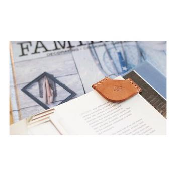 会議などですぐに書き込む時に便利なのが、よく使うページをさっと開ける、革製のブックマークです。ほっこりあたたかみのあるブラウンと、革の優しい素材感がいいですね。