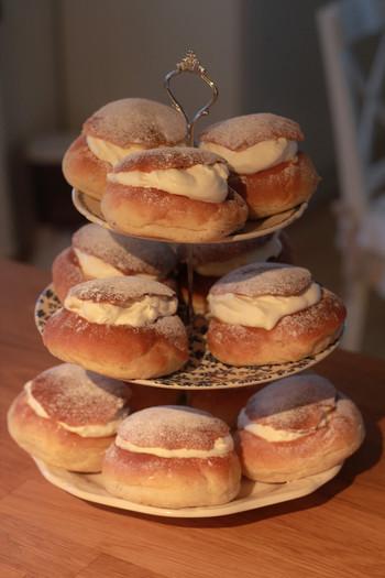 ざっくり言ってしまうと「北欧のクリームパン」なのですが、アーモンドの風味が口の中にひろがって、日本ではあまり味わえない感じのスイーツです。 ふわんとした食感で見た目よりも軽い味わいなんですよ。