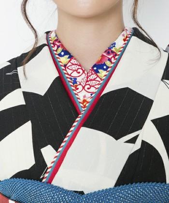 せっかくお正月なので、柄や刺繍の半襟も可愛いですよね。半襟も左右対称に、出し過ぎず隠し過ぎず2㎝くらいを目安に着付けましょう。最初のうちは、襟の位置を決めた際に、コーリンベルトや紐で止めておくと着崩れしませんよ。