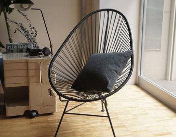 1脚あるだけで、部屋をぐっとスタイリッシュに演出してくれます。座ってみると、PVCコードの柔らかさが体を優しくうけとめてくれて、まるでハンモックに揺られるような心地よさを感じますよ。