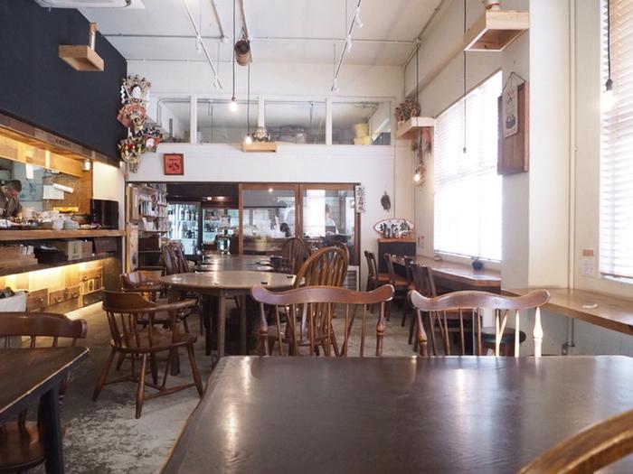 太陽の光が入る明るい店内は、開放感があり気持ちの良い空間です。カウンター席もあり、ひとりで訪れる女性客も多いんですよ。