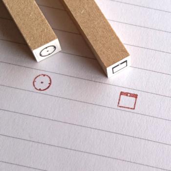 スケジュール帳にぴったりな、ミニサイズの時計とカレンダーのハンコ。ごちゃごちゃしがちなスケジュールページも、スタンプが目印となり、すっきりと見やすくなります。