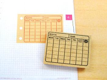 スケジュールが重なって書き込みが重複してしまう時に便利なのが、マンスリーカレンダースタンプです。手帳のちょっとしたスペースにポンと押せるので、一目で確認しやすくなります。