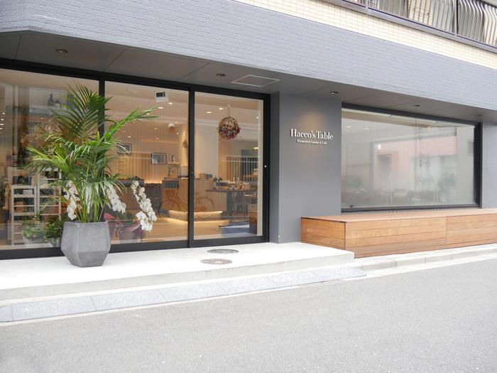 2017年10月にオープンしたばかりの「Haccos's Table」は、浅草駅から歩いて5~6分のところにあります。美容院のようなおしゃれな外観が印象的。