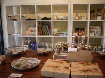 物販コーナーには、お菓子や調味料、雑貨などがセンス良くディスプレイされています。ササヤカフェのオリジナルアイテムもあるので、ぜひチェックしてみてくださいね。