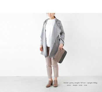 休日の装いにピッタリのクラッチバッグにも、しなやかなフェルト素材を指名。レザーとのバイカラーで、さらにクラッシーな雰囲気に持ち込みます。