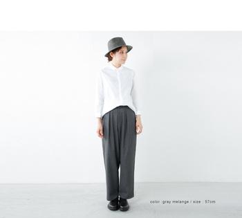 冬のシャツスタイルを格上げする、フェルト素材の中折れ帽。シンプルな洋服でも、モードなハンサムルックが完成します。