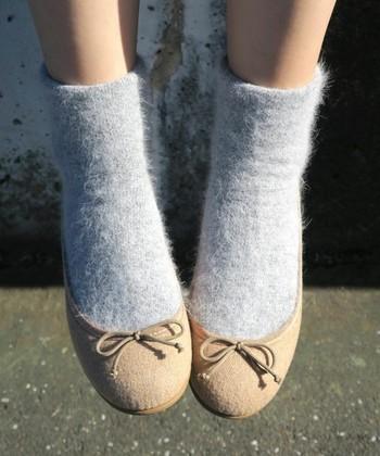 つま先の緩やかなカーブが女性らしい一足は、ガーリッシュスタイルにうってつけ。ソックスも厚みのあるものにして、とことんウォーミーな足元をつくりましょう♪