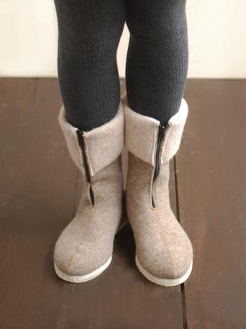 もちろんレザーもいいけれど、たまにはフェルト素材のブーツも素敵!ニットの切り替え部分とセンターのファスナーが、良いアクセントになっています。