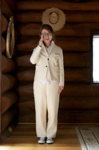 フェルトならではのほっこりとした風合いで、肩肘張らないジャケットスタイルが実現。ホワイトのワントーンでまとめれば、さらに今ドキな着こなしに仕上がります。