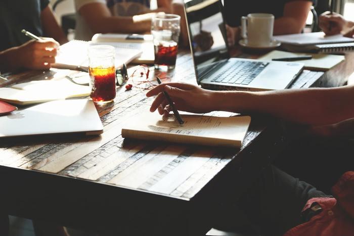 「メンター」は仕事の経験が浅い人に対して指導したり、自分がロールモデルになったりします。さらには、メンタル面までサポートすることから、経験値とともにコミュニケーション能力の高い人が向いているようです。