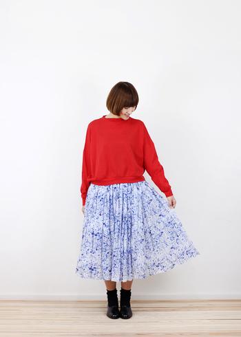 繊細な柄が浮かぶ、ホワイト×ブルーのフェアリースカート。ブルーと対照的なレッドをトップスに指名して、意外性のある色合わせを満喫します。