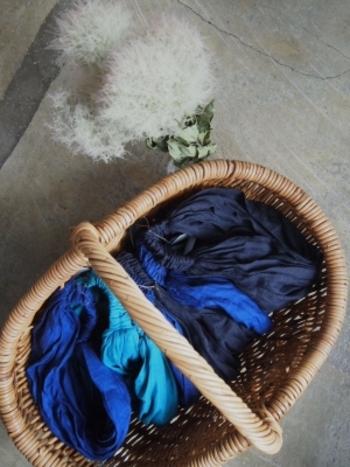 彩りが乏しくなるウィンターファッション。手っ取り早くどんより感を拭いたいのなら、冬の寒空に映えるブルーカラーが適任です。そこで今回は、ブルーをうまく効かせた、ハイセンスな着こなし実例を大特集。気になるコーディネートがあれば、さっそく参考にしてみてくださいね!