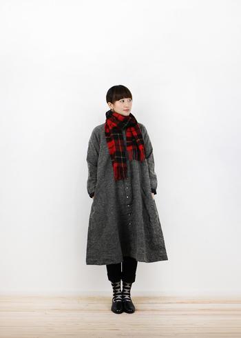 マンネリになりやすい冬のコートスタイル。ツイードにチェンジすれば、出で立ちにノーブルな気品が備わります。