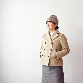 コーディネートの色合いが沈みがちな冬。ライトトーンのピーコートをセレクトすれば、フェミニンかつ軽やかな印象に仕上がります。