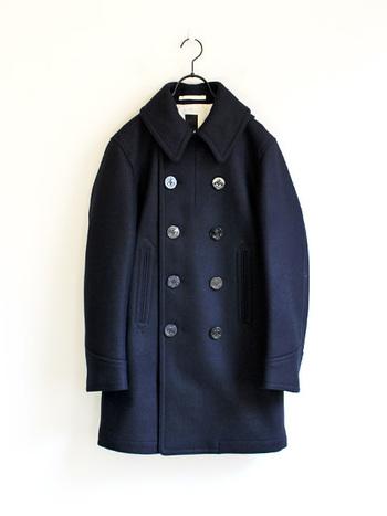 大きめのボタンに、メンズライクなダブルフェイス。そんな特徴を持つピーコートは、ブリティッシュスタイルには欠かせない代表的なアウターです。袖を通した瞬間から、佇まいがオーセンティックな雰囲に転化!