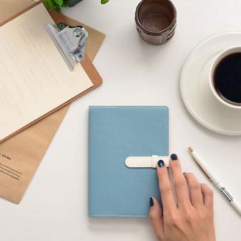 毎日の予定やできごとを書き込む手帳は、自分の分身のようなもの。いつも肌身離さず持ち歩くものだからこそ、中身はお気に入りを詰め込みたいですよね。便利な手帳アイテムを取り入れて、自分らしく日々の記録を書き留めていきましょう。