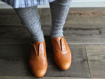 透け感のないタイツは、温かい反面、場合によっては足が太く見えてしまうということも…。縦のラインを強調するリブタイツなら、足をすっきりとした印象にしてくれます。
