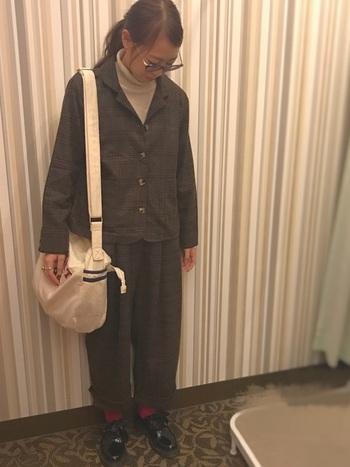 ダークブラウンのセットアップを着るときは、色の力を借りて華やぎを足し算して。パンツの裾からレッドのソックスを覗かせれば、地味になりがちなブラウンスタイルから速攻でエスケープ♪