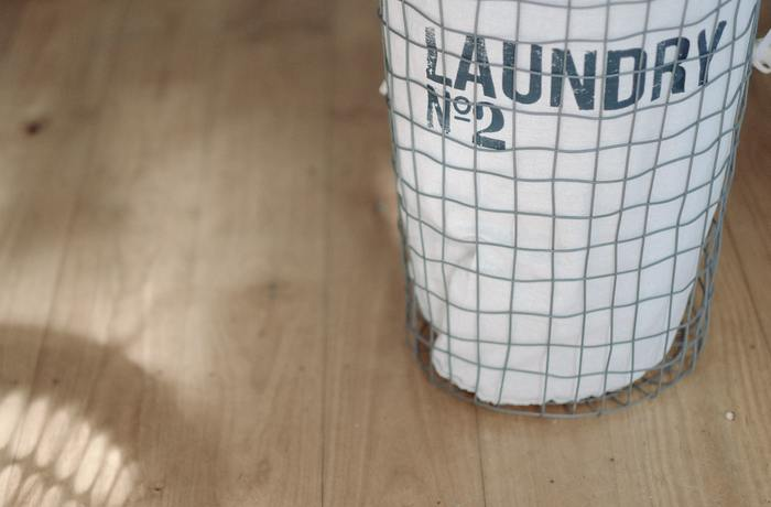 洗濯は予備洗いから干す、取り込んで畳むなど工程がたくさんあって時間がかかる家事の一つですよね。そこで少しでも負担を減らしながら作業を進めていくために、増やすアイテムをご紹介します。 洗濯機はタイマーを上手に利用して回しておき、室内で仮干しする方法がおすすめです。