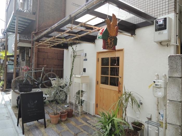 京成曳舟駅から歩いて5分ほどのところにある「Aurora Kitchen」は、明治通りから1本路地に入った閑静な住宅街にある隠れ家カフェです。