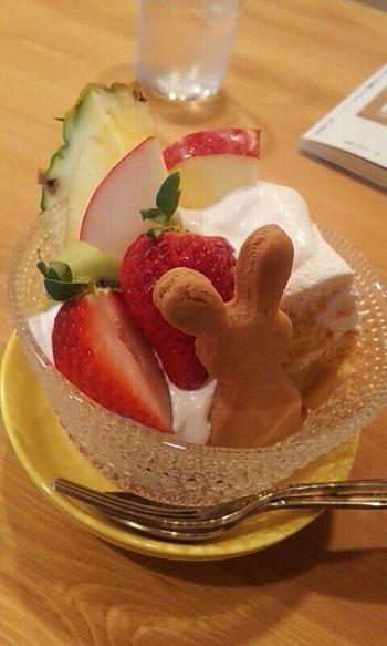 ちょこんと乗ったうさぎのクッキーが可愛いデザート。果物も安心・安全にこだわっています。あっさりとしたクリームで、食後でもぺろっと食べられるボリュームがうれしいですね。