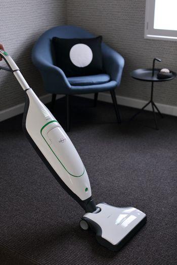 部屋数もあり面積が大きく作業が大変な床掃除は、手軽に使えるお掃除家電が便利です。戸建てだと1階2階と階数をまたぐと持ち運ぶのも一苦労。メイン掃除機とサブ掃除機を揃えているお家も多いのではないでしょうか。 サブ掃除機には部屋から部屋への移動も楽なコードレスがおすすめ。コンセントの抜き挿しがないだけでも「かけようかな」という気になります。
