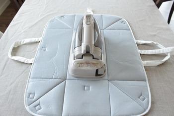 準備するのが面倒なアイロンはアイロン台ごとセットしておくとスイッチを入れればすぐ使えるように。こちらはアイロンの収納バッグを開けば、アイロン台の役目をしてくれる便利グッズ。収納も邪魔になりにくいですね。
