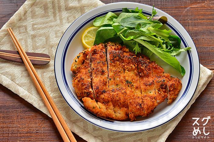 鶏胸肉を使って少なめの油で揚げ焼きするチキンは、カロリーが気になる方にもおすすめのレシピ。粉チーズ入りのパン粉でチーズ風味の味に仕上がっています。鶏肉をやわらかくするコツは、あらかじめ砂糖と塩をもみ込んでおくこと。調理する数分前でも効果があるそうです。