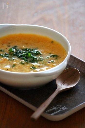 こちらはコンソメをベースにした洋風のかき玉スープ。卵と粉チーズをあらかじめ混ぜておき、マカロニを茹でたコンソスープに少しずつ加えていきます。仕上げにも粉チーズをかけると美味しいですよ☆