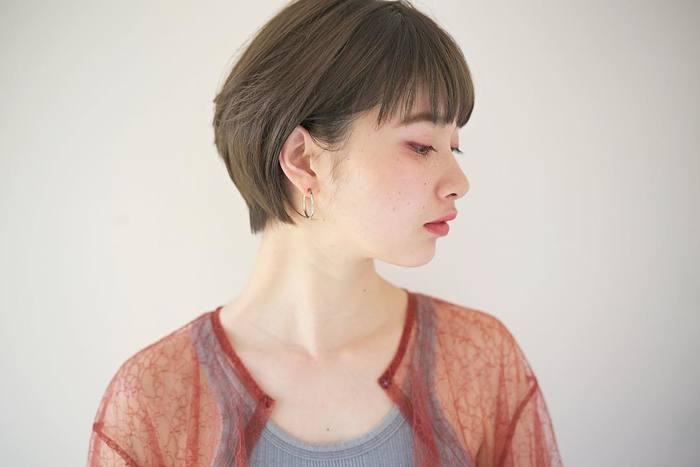 ショートの方は、着物の襟の部分と首のラインがとっても綺麗に見えるので、サイドを流すように耳にかけるアレンジもオススメです。