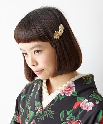着物の時はヘアはどうすればいい?と悩まれることも多いと思いますが、結婚式などの正装でなければ、そこまで難しく考えることはありません。ロングのワンピーススタイルと同様に考えていただくとわかりやすいと思います。襟元や、襟足、うなじを見せるので、少しだけポイントを押さえておけばヘアも簡単ですよ。それではヘアの長さ別に、初詣など普段の着物にオススメのヘアスタイルをご紹介します。