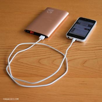 情報収集や安否確認、ライト代わりなど、いざというときに頼れるのがスマホ。携帯できるスマホの充電器は必需品です。  このような防災用品をひとまとめにポーチに入れた「防災ポーチ」を作っておくと普段からの携帯に便利です。 防災用品を持ち歩く場合は、必要最低限のアイテムで、できるだけコンパクトなものを選びましょう。