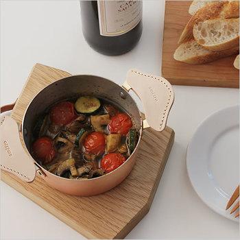 直径が18センチの可愛い小鍋。1~2人分に丁度いいサイズで、オイル煮やスープなど、「ちょっとした」一品を作りたい時にとても重宝します。