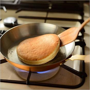 銅の熱伝導の硬貨が良く判るのがフライパン。とにかく焼きムラのない均一な焼き上がりが実現できます。パンケーキも見事に綺麗なキツネ色に焼けるんですよ!