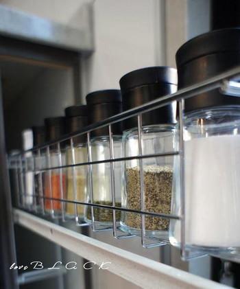 同じシンプルな容器でそろえたスパイスや調味料は、統一感があり、すっきりとした印象に。インテリア的な要素も生まれます。お料理が楽しくなりそうですね。