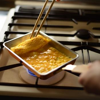 熱が伝わりやすいので、あくまで弱火で。弱火の方が卵の味と栄養を損なわず、ふんわりとした玉子焼きを作ることができます。細長い関西型(長方形)は使いやすく、何度も巻いてふわふわに仕上げるのに最適な形です。これでプロの味に一歩、近づくことが出来ますね!