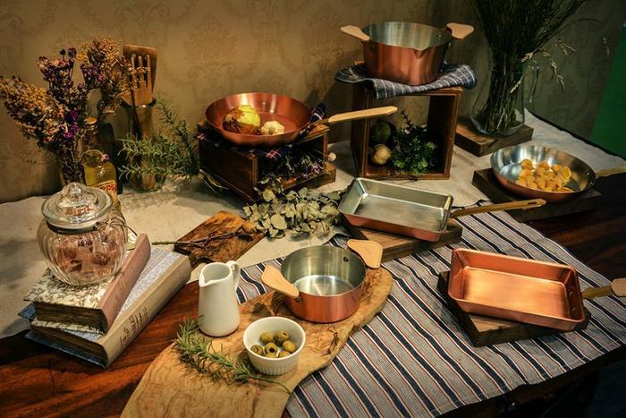 毎日の料理に欠かせないお鍋は、心から満足できるものを使いたいですね。時間が経つにつれてどんどんと手に馴染んでいくような、使い勝手の良い鍋との出会いは調理や食事の時間をより楽しいものにしてくれます。手にすればきっとワクワクさせられる、素敵な鍋のシリーズ「ameiro」のご紹介です。