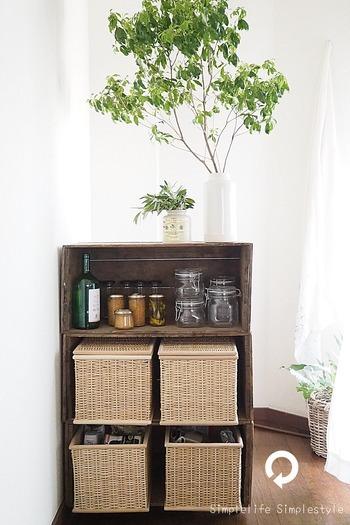 りんご箱を横にして重ね、キッチンの収納棚に。バスケットをはめこんで、缶詰・乾物・レトルトなどのストック食材をしまいます。上の棚に、調味料やスパイスなどを置けば、とても重宝しそうですね。