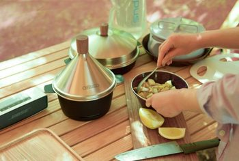 直径18cm、高さ22cm。小ぶりなサイズとタジン鍋のような形がおしゃれなスモーカーです。コンパクトながら、ウッド・チップどちらも使用可、アウトドア、インドアの両方で使える実力派です。