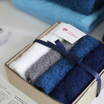 このタオルはコットンをはじめとする2種類の混紡糸からできているので、触り心地だけでなく、速乾性もあるんですよ。タオルは消耗品ではありますが、直接肌に触れるものなので自然素材でいいものを使っていきたいですよね。万人に喜ばれるあると嬉しいタオルのギフトです。