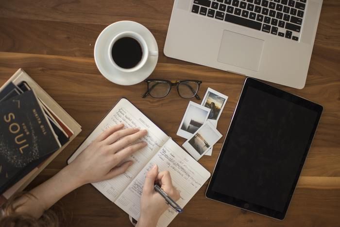 新しい手帳を書きはじめる時は、使いやすいアイテムがあればより自分の考えをスムーズに書き綴る事ができますね。今回は、書く事が楽しくなるアイテムや、お気に入りの文房具を持ち運びできる便利なアイテムをご紹介します。自分好みのアイテムを取り入れて手帳ライフを楽しみましょう。