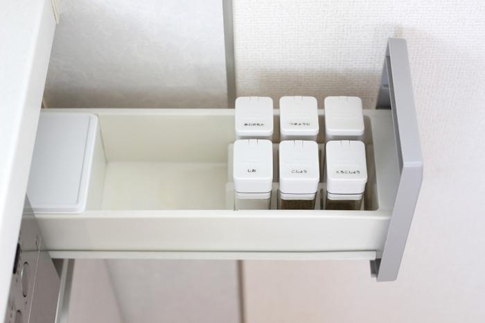スパイスをたくさん収納したいけれど、キッチンにあれこれ並べるのが好きではない方におすすめなのが、引き出しを使った調味料収納です。フタにシールを貼ってスパイスの名前を書けば、一目で何が入っているのか分かります。