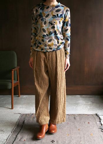 写真で全体の質感をつかんでおきましょう。程よく柔らかい素材感でリラックスして履ける雰囲気ですね。