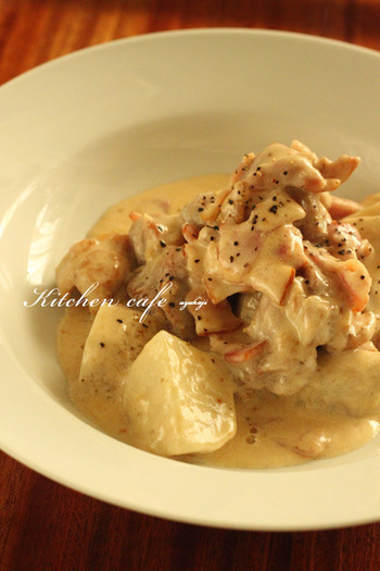 冬が旬の里芋も、チキン&粉チーズと一緒に美味しく頂きましょう。里芋はスチームケースを使ってレンジで加熱。焼いた鶏肉を生クリームと牛乳で軽く煮込んだら、粉チーズと里芋を投入します。心も体もほっこりしそうな煮込み料理ですね!