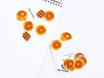手帳に並ぶのが文字だけだと、ちょっと寂しい…そんな時は、こんなフレークシールでページの余白をデコレーションしましょう。カフェで食べた美味しいスイーツの記録の横にもぴったり。手帳がにぎやかになり、見ているだけで楽しい気分になります。