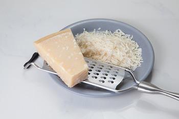 """粉チーズに使用されることが多いのは、""""パルメザンチーズ""""と呼ばれるチーズ。レストランなどでは塊をすりおろして使っていますが、市販の粉チーズは乾燥した物を粉末状にしてあるのが特徴です。"""