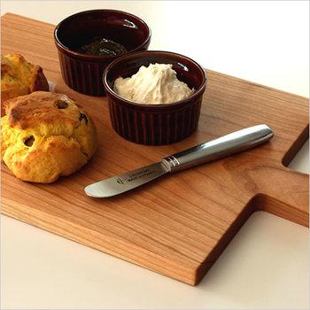 カッティングボードにお菓子をディスプレイしてテーブルに持っていく方法も。木製のボードならナチュラル感も加わってとってもおしゃれ。ボードの上でお菓子をカットしてそのまま出せるので、時短にもなります。